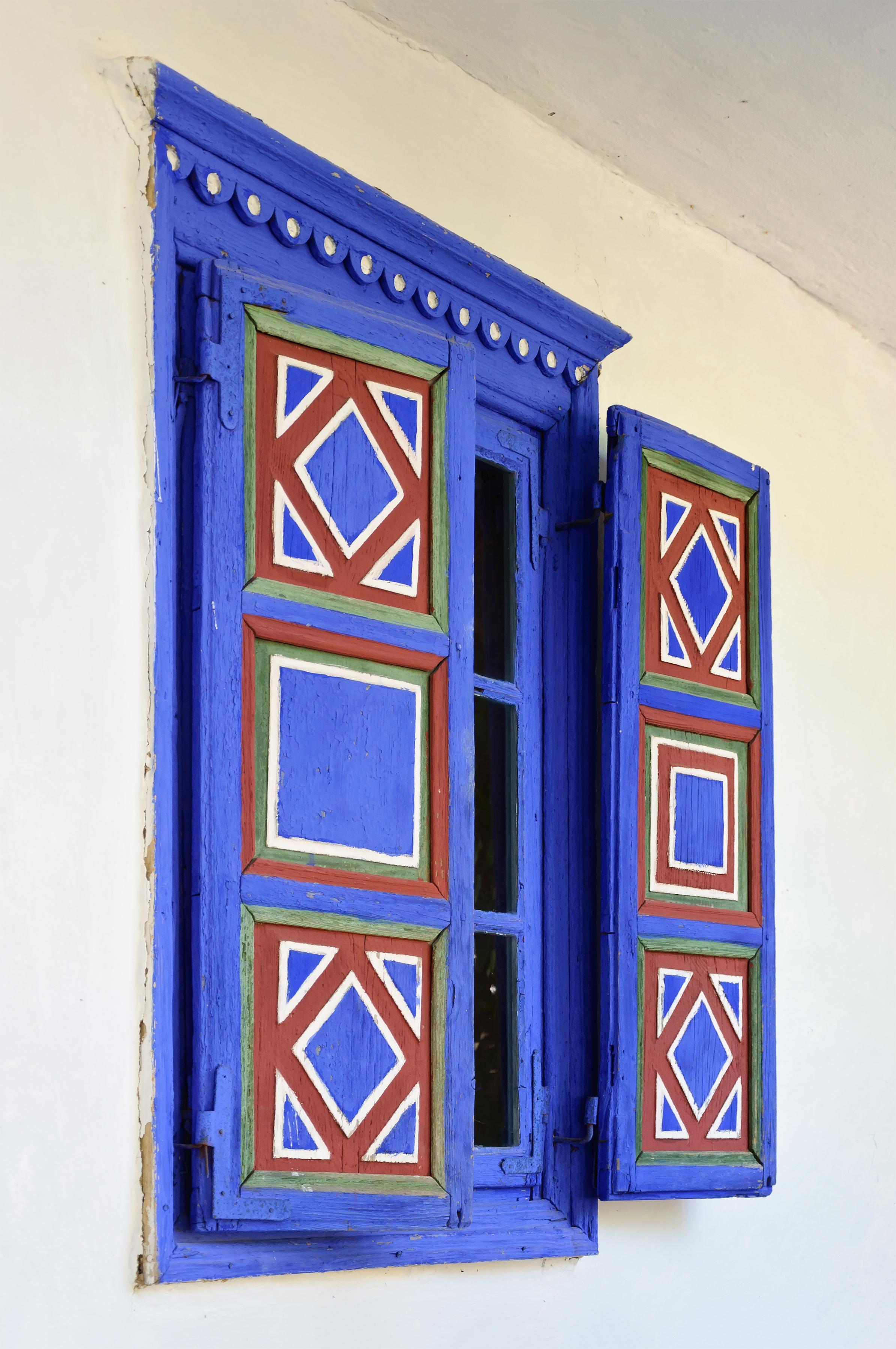 Fenetre aux volets colores - maison de Jurilovca (1898) - Musee du Village (Muzeul National al Satului Dimitrie Gusti), Bucarest, Roumanie.